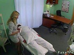 Vendedora rubio follada el médico en el consultorio