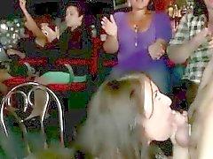 CFNM nanas fête sucer le robinet du les décapants publiquement
