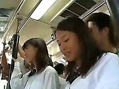 Kahdesta Schoolgirls kopeloi kaupungista Bus