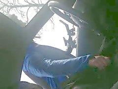 Wielrenner helpt geile man in de auto een handje