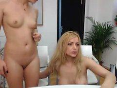 Casal amador dedilhado na webcam
