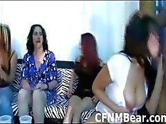 Babys go crazy das Saugen ein schwarzer CFNM Kerle Hahn