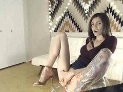 tattooed brunette fingering and squirting - viewcamgirls,com