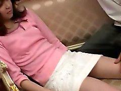 De fille asiatique déshabiller sa chatte poilue
