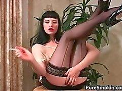Sexy de femme brune souillon fumées cigare
