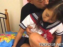 Aasian teini karkeasti kyllästynyt hänen unshaved vähän napata