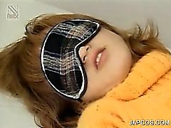 Amarrado Muchacha adolescente del japonés consigue coño peludo embromado