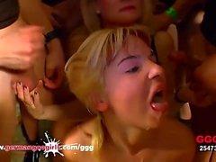 MILF porta la sua figliastra a una gangbang tedesca Goo Girls