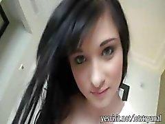 Tatlı siyah saçlı kız bandazor eşek dolması