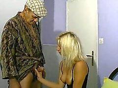 Bionda donna e anziani