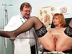 Redhead farmor smutsa fitta sträckning i gyn bedömd kliniken
