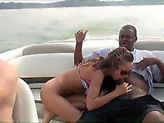 Mimi tar en svart kuk på en båt