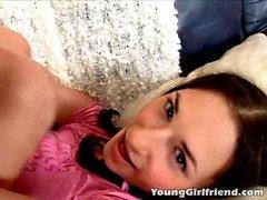 Brunetta con il codino giovane fidanzata per melange dà il sesso per via orale