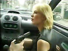 Blonde söpöläinen Kim antaa pään ja sitten saa hänen ass munaa kovaa