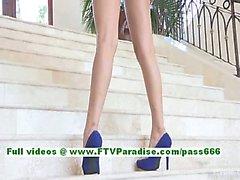 Nina mozzafiato bruna sempre nudo e di posa sulla scala