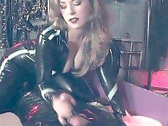 Dominatrix de BDSM permite aos sub patética gozar