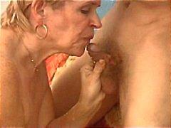 Oma bekommt den Mund voller