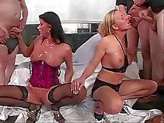 2 Het tysk Girlzz vid gangbang spermier parti