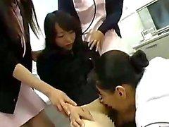 Asiatica RAGAZZA ASIATICA ottenere il suo Hairy Pussy leccata e un ditalino dal Dottore Anche se Seni strofinato e dei relativi nippli aspirata dal di 2 Infermiere sulla sedia in studio