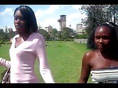 Due simpatici keniane lesbica Chics mangiare fuori portfolio ciascun di altri fighe ..