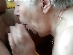 Travieso Granny se masturba y chupa la polla