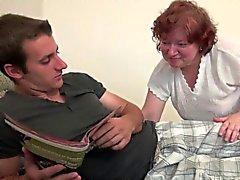 Soffiarsi il carico sui faccia di nonna e di pancetta