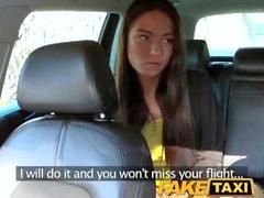 FakeTaxi Taxifahrer fickt Party Mädchen auf den Hintergrund