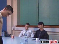 Dünne Euro-Twinks ohne Sattel während eines Büro-Treffens