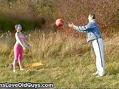 Adolescente brincalhão provocando um homem mais velho