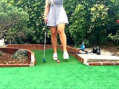 Público Exposed Hot blonde jugando PUTT PUTT