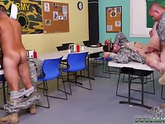 Mastürbasyon yapan askeri çocuklar ve askeri erkekler çıplak ve gettin