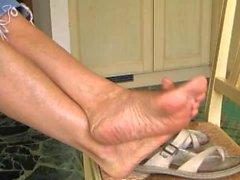 Ikääntyvä jalkojen kammata / huvittunut