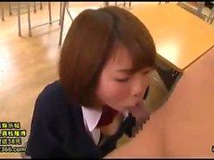 Asian Teen Sarika schluckt großen Schwanz
