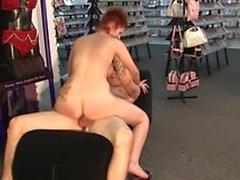 Redhead brud böjer sig fram för att ta denna underbara hanen av backdoor offentligt
