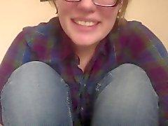 Flicka med glasögon fingrar