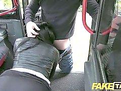 FakeTaxi - черноволосый Вызов такси зайцем выплачивает