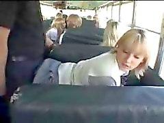 La muchacha rubia de la escuela y asiática El individuo en el autobús