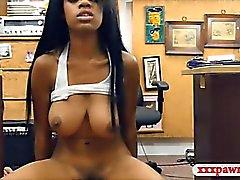 Big Babe seins d'ébène baisée par pion gars au pawnshop