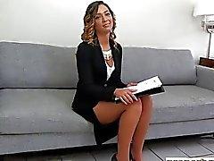 Realtor adolescente con un coño peludo follada por un cliente potencial