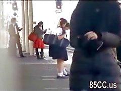 onschuldige schoolmeisje geneukt door geek in de trein