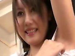 Cutie asiática tímida plantea y muestra sus tetas lentamente por la leva