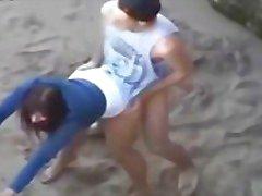 Jeune paar qui Baise sur la plage