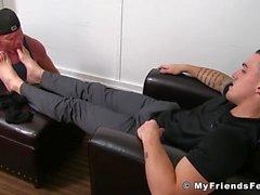 Der junge und glatte Typ Marco bekommt seine Füße geleckt und massiert