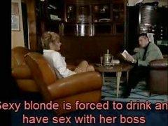 Sexy bionda è quello di bere e avere rapporti sessuali col suo capo