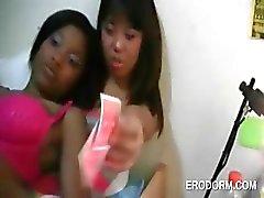 Ebony faculdade tira cuties e bebida em uma festa