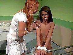 La enfermera castigar a niña linda adolescente de