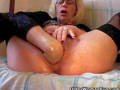 Troie della nonna in calze pugni sua Pelosa Fica