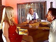 Горячая блондинка домохозяйкой приобретает ее большие титьки и киски облизал