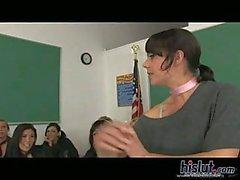 Les filles du Collège doivent lesbo sexuels en classe