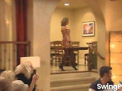 Sexy Blonde Babe wird gefickt Während Hot Swinger-Party